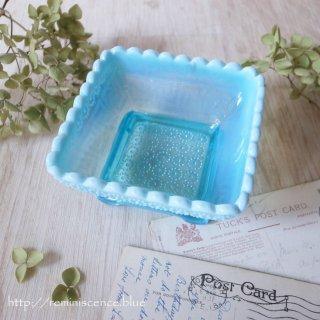 透明なブルーを縁取る真珠色 / Antique Pearline Glass Squqre Dish