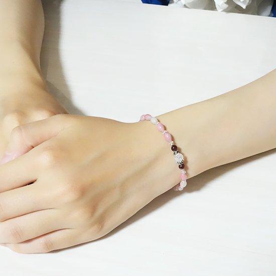 【練乳いちご】 ロードナイトシリカ レインボームーンストーン ミルキークォーツ ガーネット を使ったブレスレットの写真2 cute stone