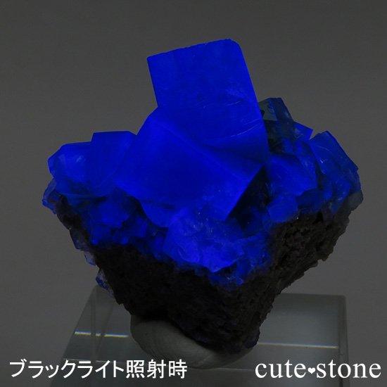 イングランド ロジャリー鉱山産 蛍光フローライトの母岩付き結晶(原石)22gの写真0 cute stone