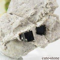 アメリカ ユタ州産 ビクスビアイトの母岩付き結晶 9.2gの画像