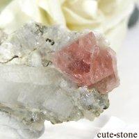 フランス モンブラン産 ピンクフローライトの母岩付き結晶(原石) 10gの画像