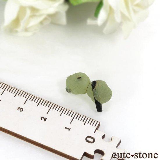 マリ産 エピドートを咥えたプレナイトだるま 2.7gの写真2 cute stone
