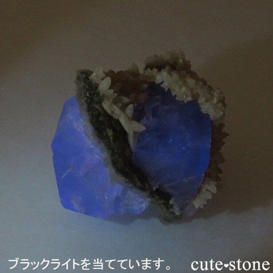 モンゴル産 グリーンフローライト&カルサイトの母岩付き結晶(原石) 47.2gの写真4 cute stone