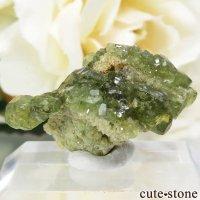 マダガスカル産のデマントイドガーネットの母岩付き原石 3.9gの画像