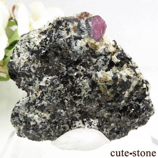 マダガスカル Zazafotsy産 コランダム(サファイア - ルビー)の母岩付き結晶 26gの写真1 cute stone