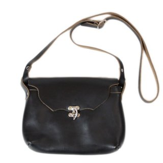 <img class='new_mark_img1' src='https://img.shop-pro.jp/img/new/icons14.gif' style='border:none;display:inline;margin:0px;padding:0px;width:auto;' />Fernand Leather Horizontal Latch Pouch Medium - Black