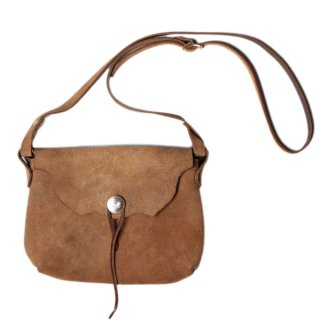 <img class='new_mark_img1' src='//img.shop-pro.jp/img/new/icons47.gif' style='border:none;display:inline;margin:0px;padding:0px;width:auto;' />Fernand Leather Horizontal Concho Pouch Medium - Beige Suede