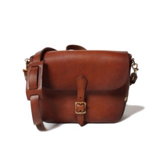 <img class='new_mark_img1' src='https://img.shop-pro.jp/img/new/icons61.gif' style='border:none;display:inline;margin:0px;padding:0px;width:auto;' />VASCO LEATHER POSTMAN MINI SHOULDER BAG (TYPE-1) CAMEL