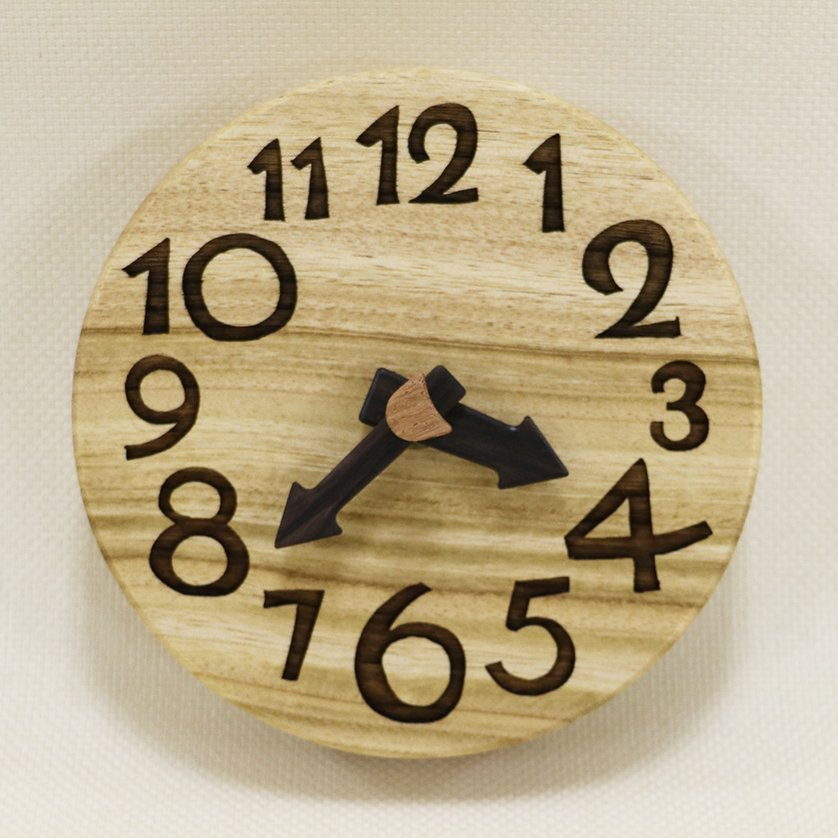 <img class='new_mark_img1' src='https://img.shop-pro.jp/img/new/icons1.gif' style='border:none;display:inline;margin:0px;padding:0px;width:auto;' />木の時計『手のひらconma』楠 (くす)  クォーツ clock-tc-71