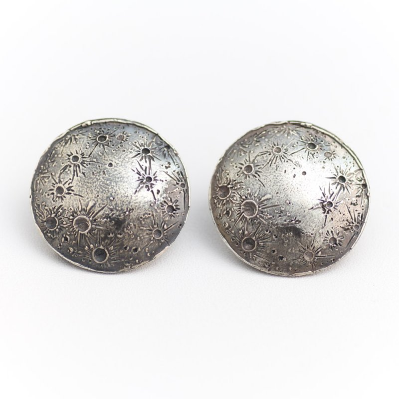 <img class='new_mark_img1' src='https://img.shop-pro.jp/img/new/icons8.gif' style='border:none;display:inline;margin:0px;padding:0px;width:auto;' />LARGE MOON DISC EARRING OXIDISED