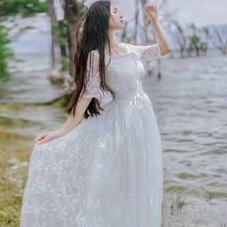 フォトウェディングのドレスとしても◎エアリーなフラワーレースワンピース