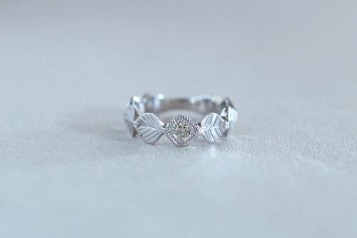Leaf milgrain ring + olive green diamond / Pt900