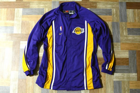 <img class='new_mark_img1' src='https://img.shop-pro.jp/img/new/icons6.gif' style='border:none;display:inline;margin:0px;padding:0px;width:auto;' />90's Vintage NIKE LAKERS ロング ジャージ トラック ジャケット (メンズ古着)