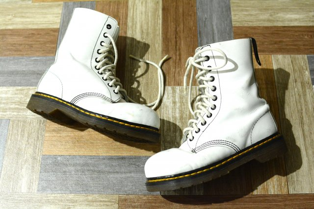 <img class='new_mark_img1' src='https://img.shop-pro.jp/img/new/icons15.gif' style='border:none;display:inline;margin:0px;padding:0px;width:auto;' />Dr.Martens イングランド製 10ホール ブーツ ホワイト (レディース古着)
