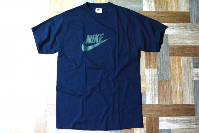 <img class='new_mark_img1' src='https://img.shop-pro.jp/img/new/icons11.gif' style='border:none;display:inline;margin:0px;padding:0px;width:auto;' />90's Vintage NIKE USA製 ロゴ Tシャツ ネイビー (メンズ古着)