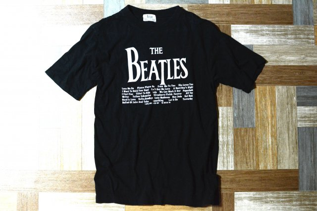 <img class='new_mark_img1' src='https://img.shop-pro.jp/img/new/icons6.gif' style='border:none;display:inline;margin:0px;padding:0px;width:auto;' />80's Vintage THE BEATLES ロゴ Tシャツ ブラック (メンズ古着)