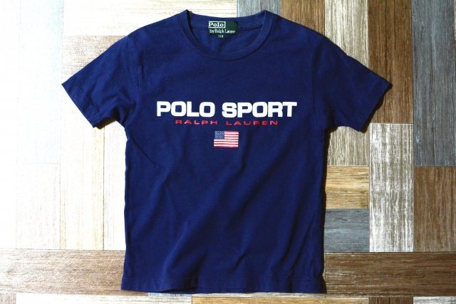 <img class='new_mark_img1' src='https://img.shop-pro.jp/img/new/icons6.gif' style='border:none;display:inline;margin:0px;padding:0px;width:auto;' />POLO SPORT RALPH LAUREN ロゴ Tシャツ ネイビー 110サイズ (キッズ古着)