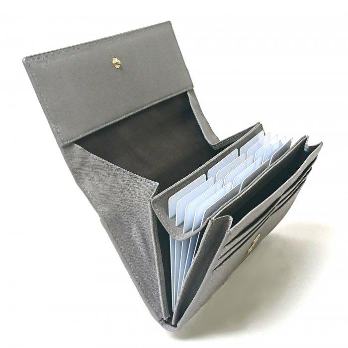 【ポップアップ(実用新案商品)】カードが飛び出す!見やすく取り出しやすい。カードが主役の次世代財布。カルクルの実用新案商品です。 カブセ長財布