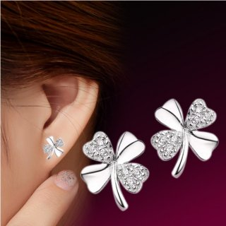<img class='new_mark_img1' src='//img.shop-pro.jp/img/new/icons14.gif' style='border:none;display:inline;margin:0px;padding:0px;width:auto;' />White Lucky Clover crystal ピアス