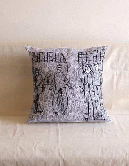 Archana Kumari 手刺繍クッションカバー(都会の生活・村の生活/白)