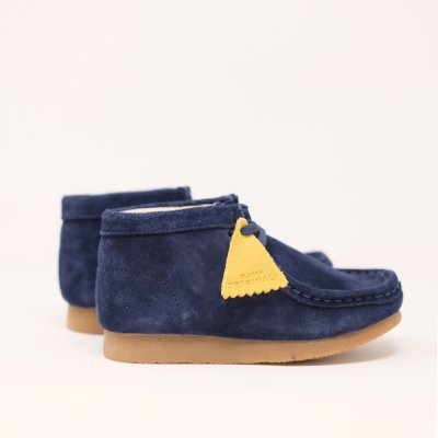 <img class='new_mark_img1' src='//img.shop-pro.jp/img/new/icons5.gif' style='border:none;display:inline;margin:0px;padding:0px;width:auto;' />CLARKS ORIGINALS [KIDS WALLABEE BOOTS] (NAVY SUEDE)