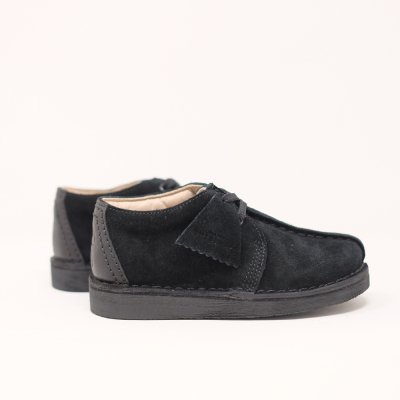 <img class='new_mark_img1' src='https://img.shop-pro.jp/img/new/icons5.gif' style='border:none;display:inline;margin:0px;padding:0px;width:auto;' />CLARKS ORIGINALS [KIDS DESERT TREK] (BLACK SUEDE)