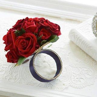 華やかな赤バラのリングブーケ。裏側がミラーに。