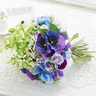 涼やかなブルー、グリーン小花のクラッチブーケ。
