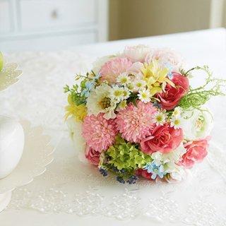 摘んできた小花のようなクラッチブーケ。