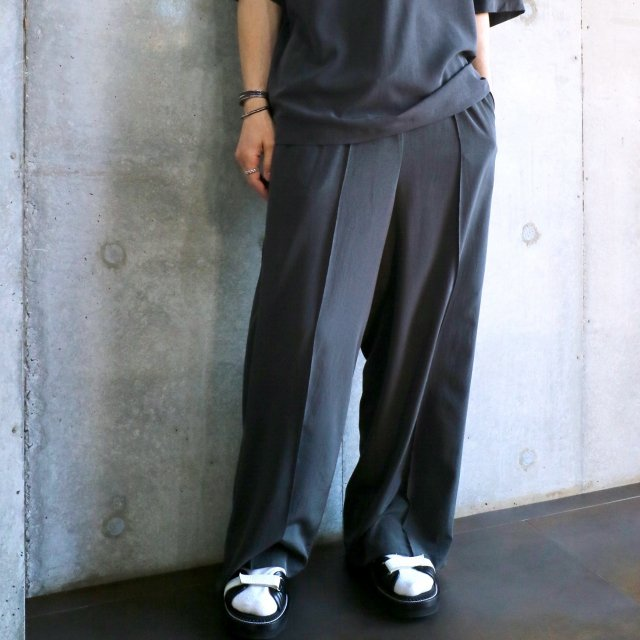 <img class='new_mark_img1' src='https://img.shop-pro.jp/img/new/icons47.gif' style='border:none;display:inline;margin:0px;padding:0px;width:auto;' />TOGA VIRILIS Satin Easy Pants CHARCHOAL