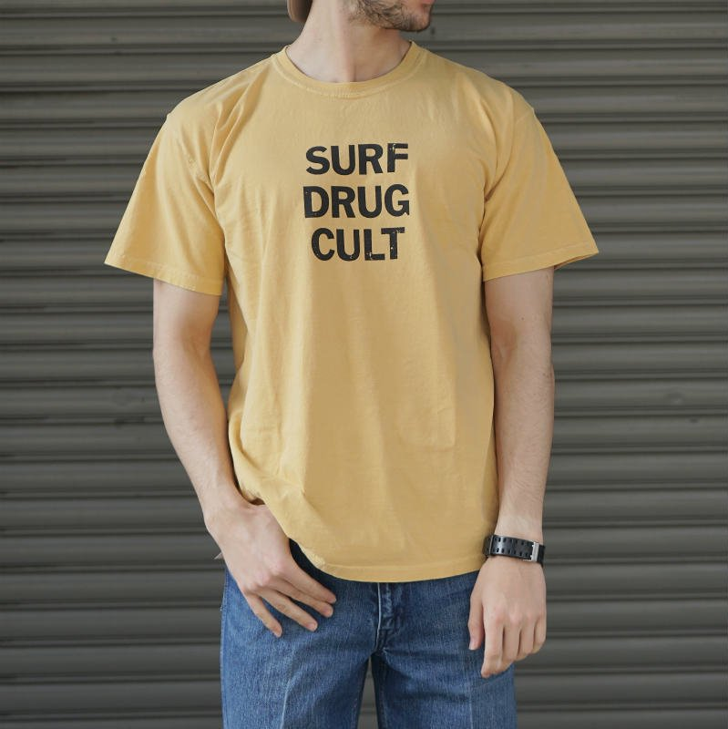 <img class='new_mark_img1' src='https://img.shop-pro.jp/img/new/icons24.gif' style='border:none;display:inline;margin:0px;padding:0px;width:auto;' />[SALE][SURF IS DEAD] サーフ イズ デッド SURF DRUG CULT TEE (MUSTARD)