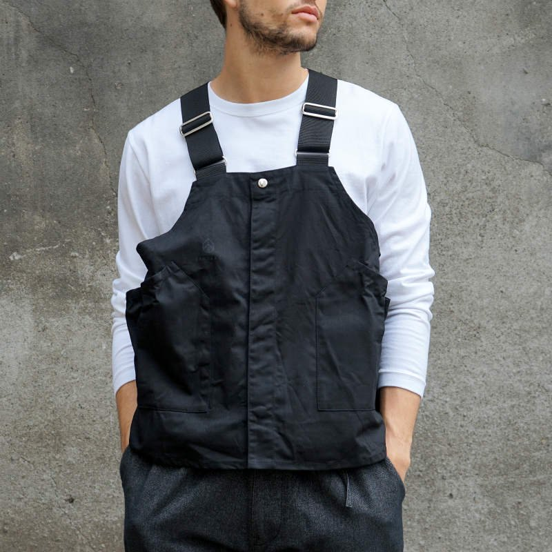 <img class='new_mark_img1' src='https://img.shop-pro.jp/img/new/icons8.gif' style='border:none;display:inline;margin:0px;padding:0px;width:auto;' />[hobo] ホーボー Cotton Twill Gardener Vest by LAND & B.C. (BLACK)