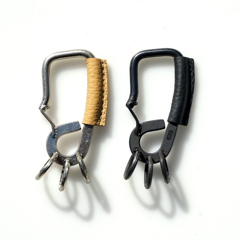<img class='new_mark_img1' src='https://img.shop-pro.jp/img/new/icons50.gif' style='border:none;display:inline;margin:0px;padding:0px;width:auto;' />[hobo] ホーボー Brass Carabiner Key Ring with Shrink Leather (Black, Beige)