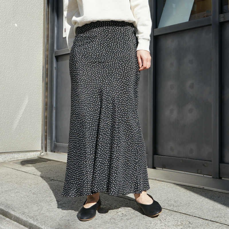 <img class='new_mark_img1' src='https://img.shop-pro.jp/img/new/icons6.gif' style='border:none;display:inline;margin:0px;padding:0px;width:auto;' />[PHEENY] フィーニー Rayon dot skirt(BLACK)
