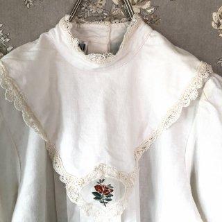 ヴィンテージローズ刺繍ビブカラーブラウス