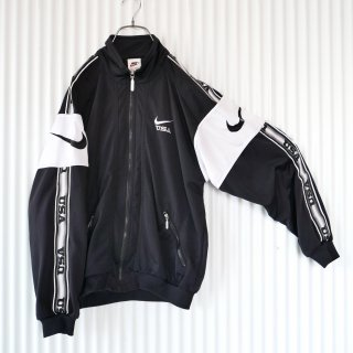 <img class='new_mark_img1' src='https://img.shop-pro.jp/img/new/icons13.gif' style='border:none;display:inline;margin:0px;padding:0px;width:auto;' />NIKE 袖ロゴモノトーントラックジャケット