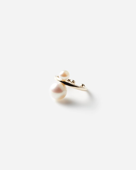 Double Pearl Ear Cuff<img class='new_mark_img2' src='https://img.shop-pro.jp/img/new/icons8.gif' style='border:none;display:inline;margin:0px;padding:0px;width:auto;' />
