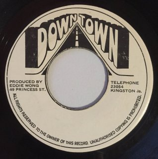 DENNIS BROWN - AT THE FOOT OF THE MOUNTAIN<img class='new_mark_img2' src='//img.shop-pro.jp/img/new/icons25.gif' style='border:none;display:inline;margin:0px;padding:0px;width:auto;' />
