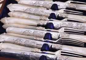 英国アンティーク【純銀】白蝶貝ハンドルのデザートカトラリー 両面彫り