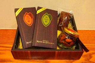 モンドチョコレート2種とカカオ豆、焼き菓子の4個セット