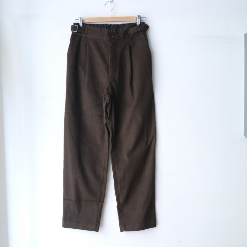 <img class='new_mark_img1' src='https://img.shop-pro.jp/img/new/icons6.gif' style='border:none;display:inline;margin:0px;padding:0px;width:auto;' />comm.arch. / Mole Skin Buckled Trousers「Deep Forest」