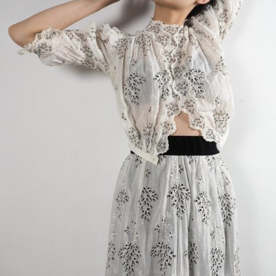 antique 1900s Eyelet Lace Blouse and Skirt<img class='new_mark_img2' src='//img.shop-pro.jp/img/new/icons8.gif' style='border:none;display:inline;margin:0px;padding:0px;width:auto;' />