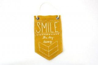 URBAN BIRD & CO. | SMILE THE DAY AWAY (yellow) | フェルト・バナー
