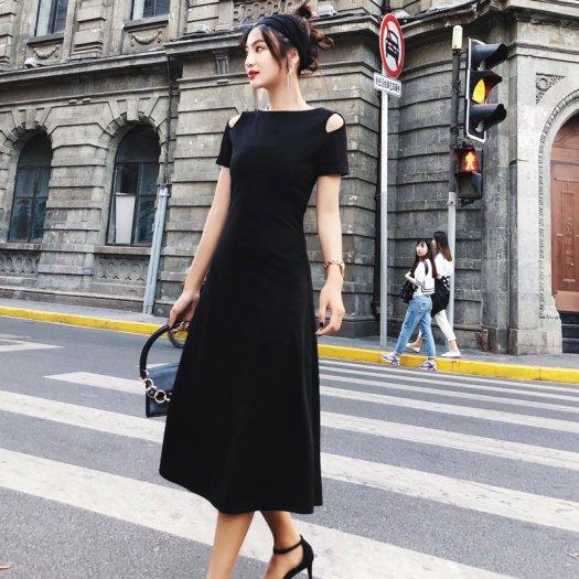 さりげなく肩見えアクセント シンプルデザイン 黒 ワンピース Aライン ミディアム 夏