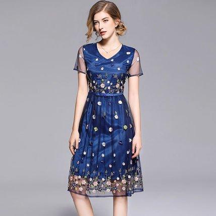 フェミニン 花刺繍 シアーメッシュ 花柄 ブルー フレアドレス ミディアム 結婚式 二次会