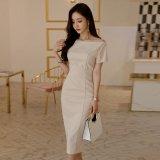 デコルテラインがエレガントでタイトな韓国ワンピース シンプルでスリムなミディドレス