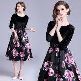 花柄模様のデザインが可愛い黒のワンピース 大きなフレアスカートが素的なパーティードレス