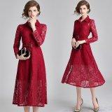 花柄レースが上品で美しい深紅のワンピース 華やかな襟付きのミモレ丈ワンピース