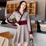 カシュクールデザインがセクシーなチェック柄の韓国ワンピース 紫色のウエストマークが印象的な韓国ドレス