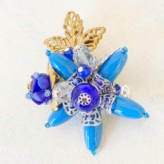 ブルーのお花タイプのブローチ